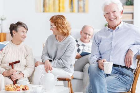 Persone anziane che bevono caffè nel pomeriggio in casa di cura