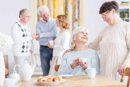 이웃집에서 차를 마시는 노인 친구들 스톡 콘텐츠