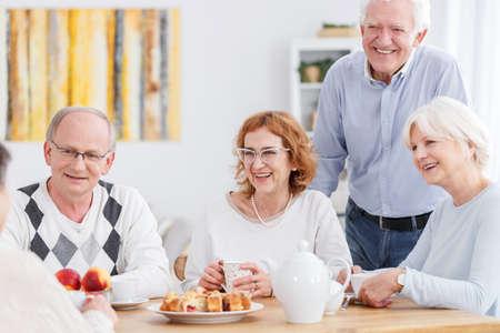 お茶会でお会い幸せな高齢者のグループ