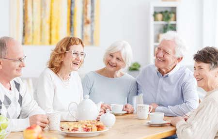シニア クラブでの会議で幸せな高齢者のグループ 写真素材