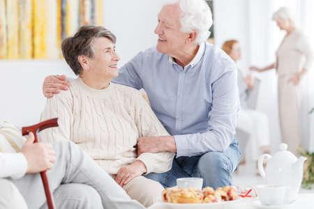 特別養護老人ホームで年上の女性を支える年配の男性