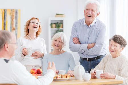 모임에 함께 웃고있는 행복한 노인들의 그룹 스톡 콘텐츠