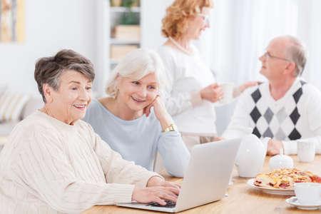 特別養護老人ホーム新技術を使用して 2 つの年配の女性