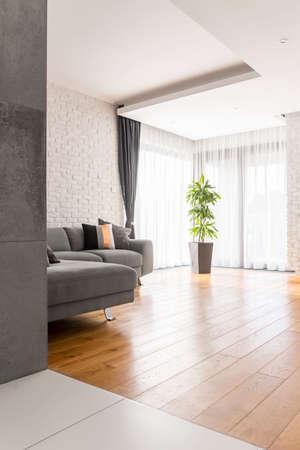 Sala de estar simple brillante escandinava con piso de madera Foto de archivo