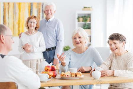 Anziani sorridenti che hanno un buon tempo nella casa di cura