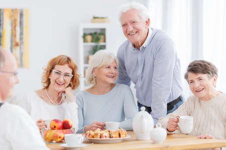 Gruppo di persone anziane attive divertirsi insieme
