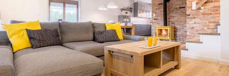 #82088472   Großes Graues Sofa Mit Gelbem Zubehör Und Holztisch