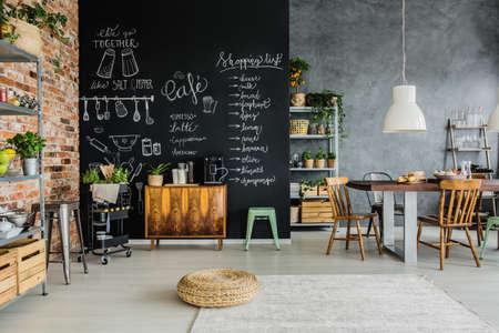 Vers voedsel en kruiden in de keuken Stockfoto