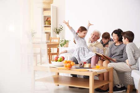 사랑하는 할아버지 할머니에게 재미있는 이야기를 전하는 사랑스러운 손자