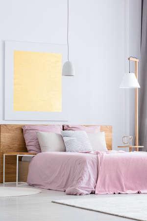 Schlafzimmer Mit Öko-Bett Mit OSB-Kopfteil Und Nachttisch ...