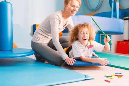 彼の感覚統合療法士で遊んで喜んでいる子供