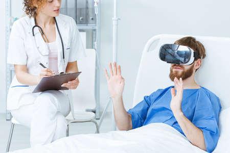 若い女性医師に話して VR で若い男性患者