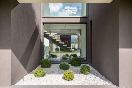 モダンな家の立方のニッチで大きな窓