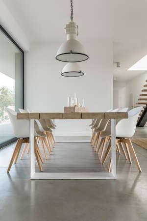 Minimalistische eetruimte in open ruimte van groot modern huis