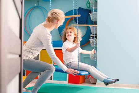 Feliz, niño, teniendo, sensorial, integración, clase, terapeuta Foto de archivo