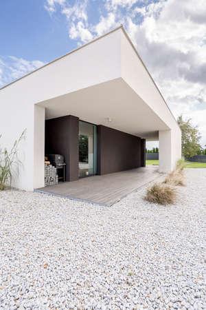 Quintal da casa moderna e minimalista à luz do dia Foto de archivo - 81948197