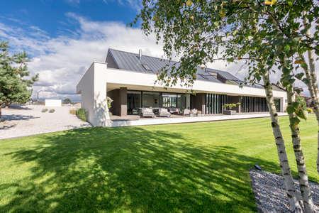 Außenansicht der geräumigen Terrasse des modernen Hauses