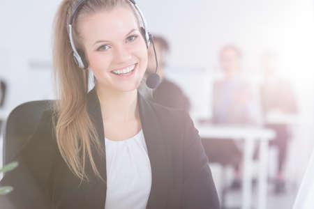 顧客サービスで働く若い女性を笑顔