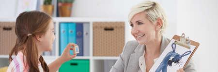 Educatieve therapeut training met meisjes rechter uitspraak van brieven