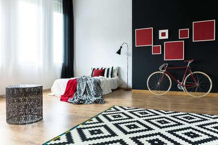 Bicicleta y cama grande en estudio amplio loft Foto de archivo - 82089897