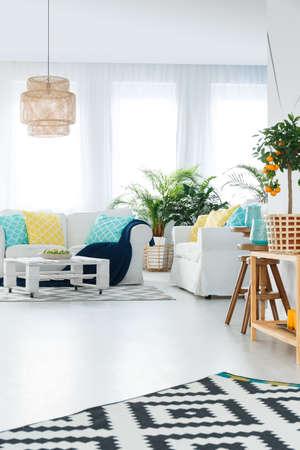 明るくエレガントな内装のスタイリッシュな居心地の良いアパートのリビング ルーム