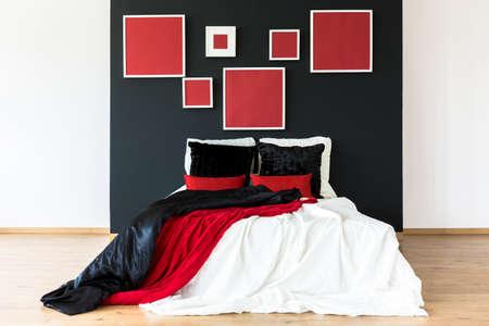 Dormitorio doblado en negro y rojo Foto de archivo - 82091266