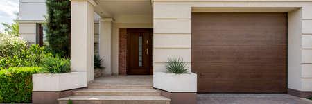Ingang van het huis en garage - panorama