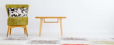 Soggiorno accogliente e minimalista con mobili e cuscini a motivi geometrici Archivio Fotografico - 82089931