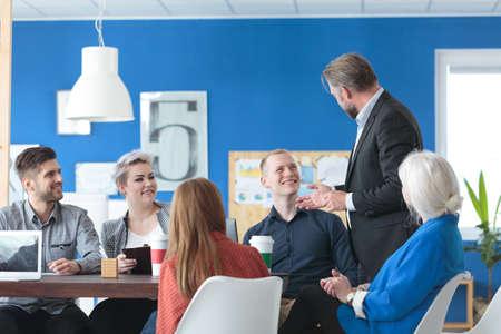 Manager praten met zijn collega's tijdens een koffiepauze