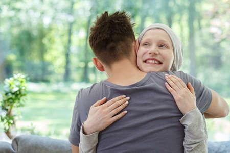 성공적인 치료 후 남편을 안고있는 젊은 행복한 여자