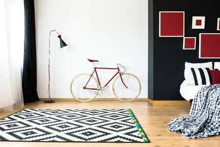 Bicicleta con estilo en el espacioso y minimalista dormitorio Foto de archivo - 82091298