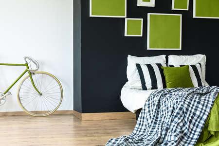 Sala negra con carteles geométricos verdes en el dormitorio retro. Foto de archivo - 82089950