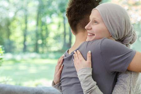 Jong gelukkig koppel knuffelen na het goede nieuws te horen
