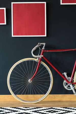 Bici de ciclo con estilo en primer plano de la pared negra Foto de archivo - 82091337