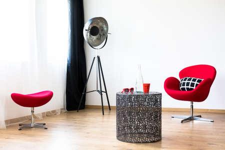 Muebles rojos en una sala de estar moderna Foto de archivo - 82148980