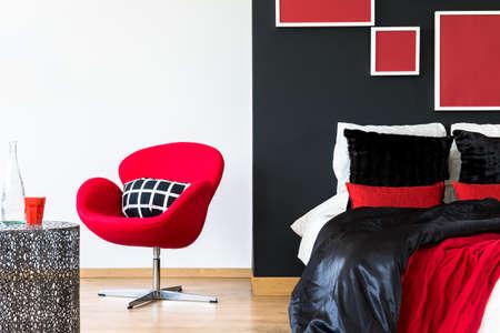 Elegante diseño de interiores para el hogar con accesorios negros y rojos Foto de archivo - 82089981