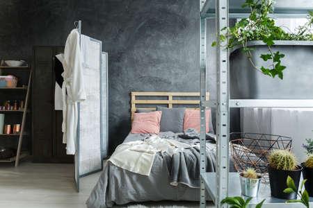 Accogliente camera da letto contemporanea in loft accogliente industriale Archivio Fotografico - 82253944