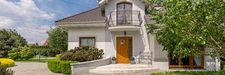 조약돌 진입로의 grenn 정원 단독 된 주택 정문 파노라마 스톡 콘텐츠