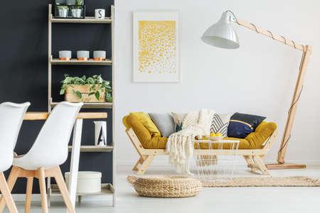 レモンのボウルで小さな手作りのスタイリッシュなテーブル 写真素材