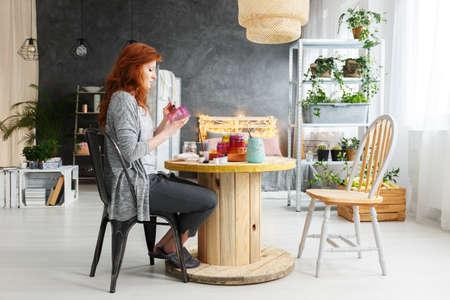 Jeune femme séduisante faisant un artisanat dans un élégant plat contemporain Banque d'images - 82253860