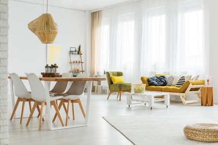 Kleurrijke, lichte, ruime kamer met houten, moderne meubels Stockfoto