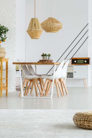 木製テーブル ランプ シェードの下に立つ 3 つの小さなサボテン