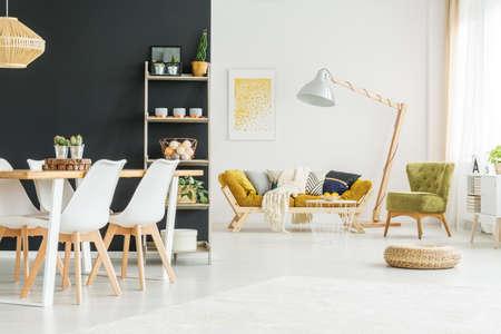 木製のテーブル、モダンなダイニング ルームで黒の壁します。