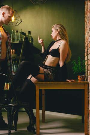 Zekere sexy vrouw die een knappe man verleidt