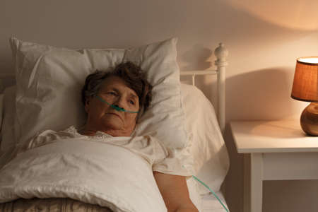 슬픈 아픈 수석 여자가 침대에 누워