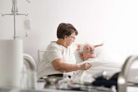 年配の女性が病院で彼女の病気の夫の世話 写真素材 - 82264344
