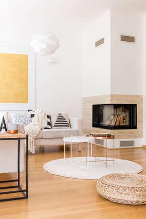 #82284757   Metall Stilvolle Couchtische Auf Weißen Teppich In Modern  Gestalteten Lounge