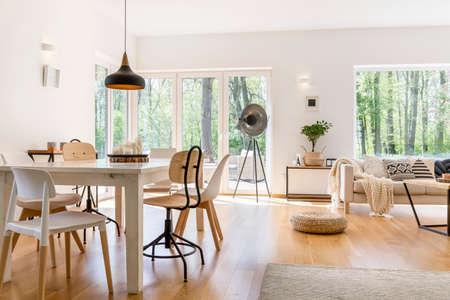 아늑한 모던 한 라운지에서 나무 테이블을 갖춘 식사 공간