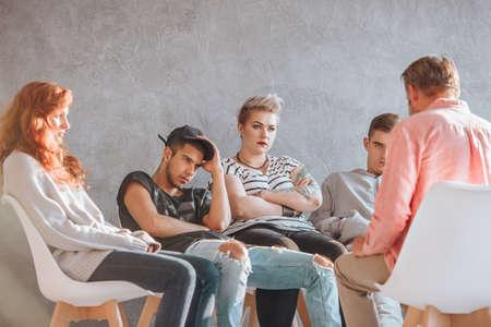 Gruppo di giovani alla sessione di psicoterapia con il consulente Archivio Fotografico - 84332317