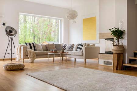 Open ruimte in modern ingericht appartement met witte sofa Stockfoto